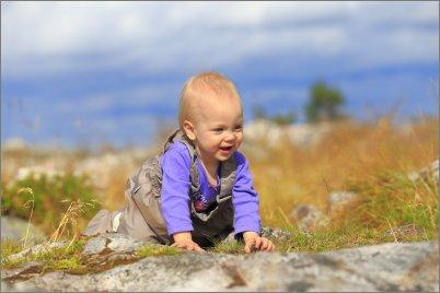 Taapero seikkailee luonnossa