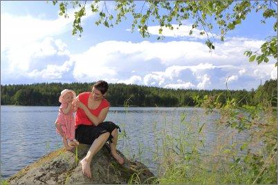 Äiti ja lapsi kivellä