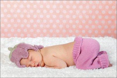 Vastasyntynyt nukkuu villapeiton päällä
