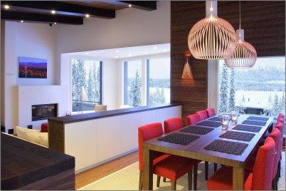Ruokapöytä ja olohuone talvimaisemilla